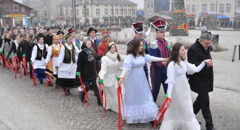 Szkoły średnie, Polonez Rynku Kartuzach maturzyści zatańczyli dziesiąty - zdjęcie, fotografia