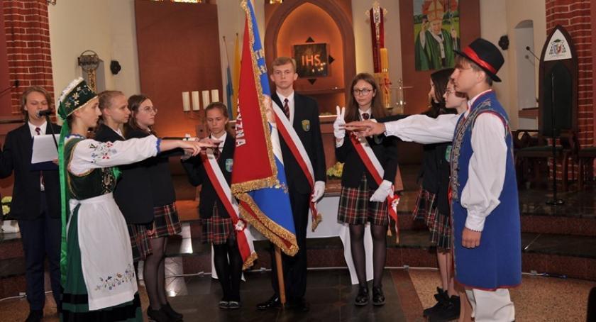 Szkoły podstawowe, Jubileusz lecia kartuskiego Katolika szkoła otrzymała sztandar - zdjęcie, fotografia