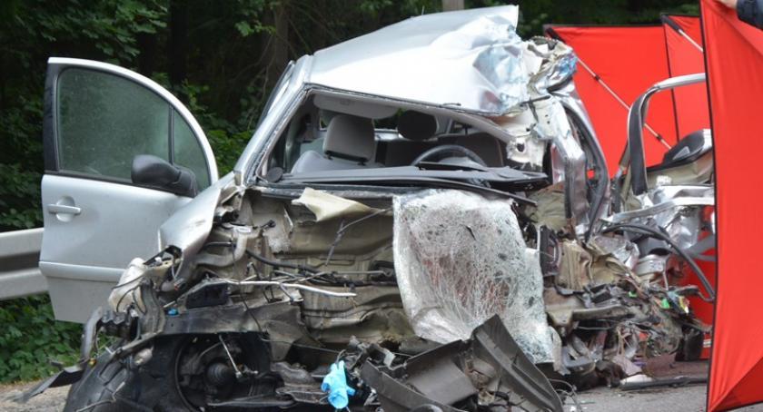 Wypadki, Dół Zderzenie dwóch samochodów ciężarowych osobówką żyje kobieta - zdjęcie, fotografia