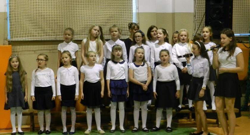 Szkoły podstawowe, Borkowo Wieczornica poświęcona patronowi szkoły Janowi Pawłowi - zdjęcie, fotografia