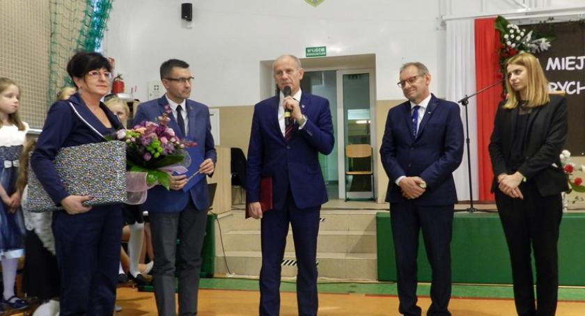 Szkoły podstawowe, Obchodzono jubileusz lecia istnienia Szkoły Podstawowej Borkowie - zdjęcie, fotografia
