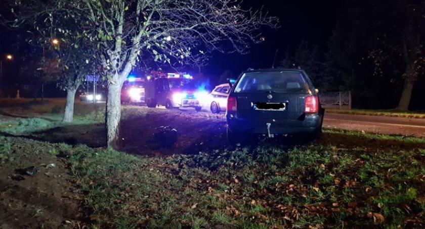 Wypadki, Miał promil alkoholu organizmie uderzył volkswagenem drzewo - zdjęcie, fotografia