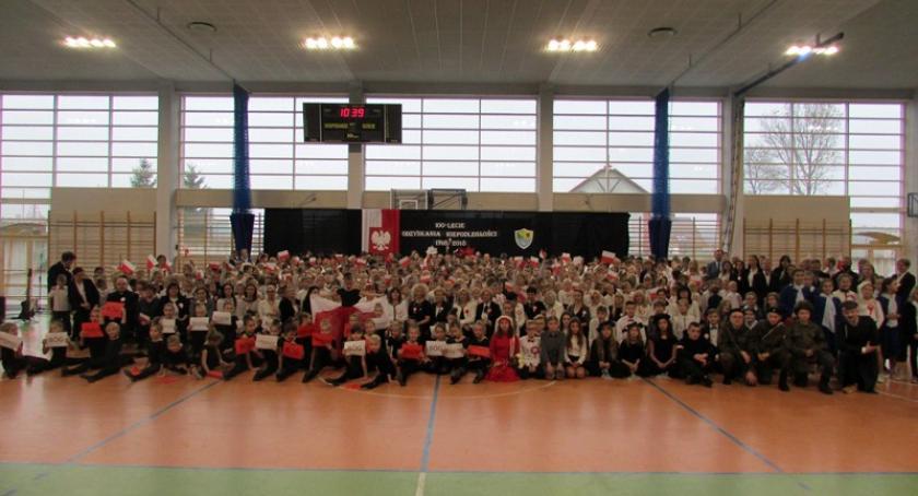 Uroczystości patriotyczne, Kiełpino Szkoła Podstawowa uczciła rocznicę odzyskania niepodległości - zdjęcie, fotografia