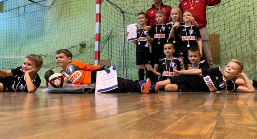 Piłka nożna, Zwycięstwo młodych piłkarzy Cartusia turnieju Gdynia Cisowa - zdjęcie, fotografia