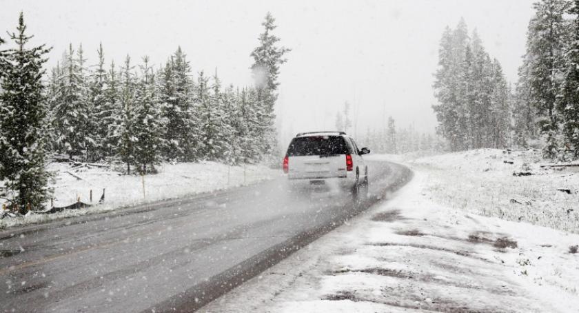 Transport, drogach ślisko niebezpiecznie przygotować samochód - zdjęcie, fotografia