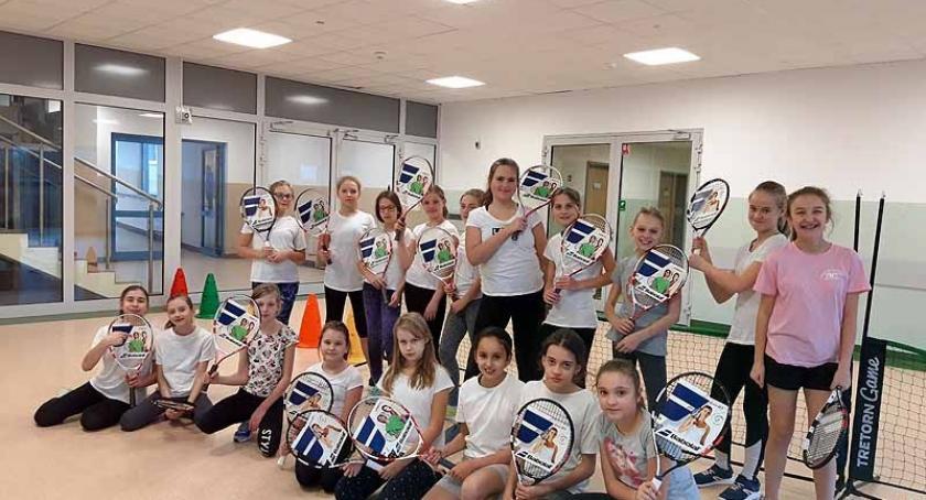 Szkoły podstawowe, Banino udział konkursie dostali profesjonalny sprzęt tenisowy - zdjęcie, fotografia