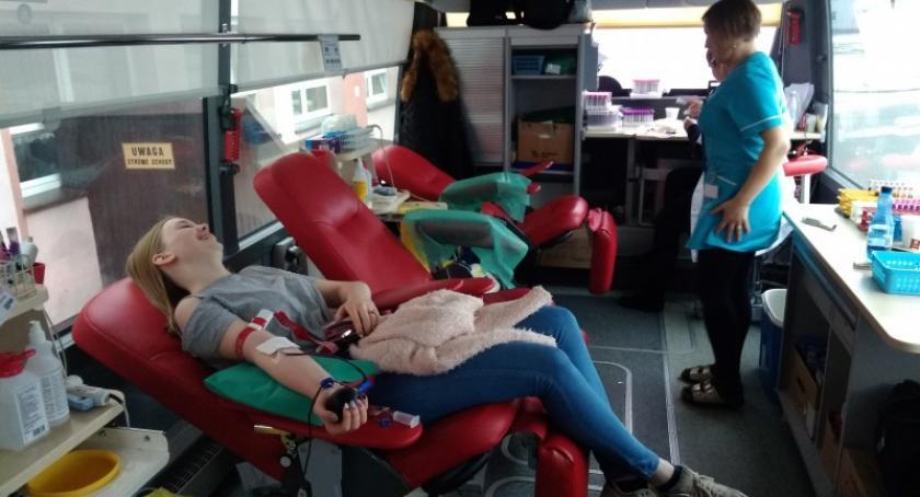 Akcje społeczne i charytatywne, Sierakowice Młodzież dzieliła płynem ratującym życie - zdjęcie, fotografia