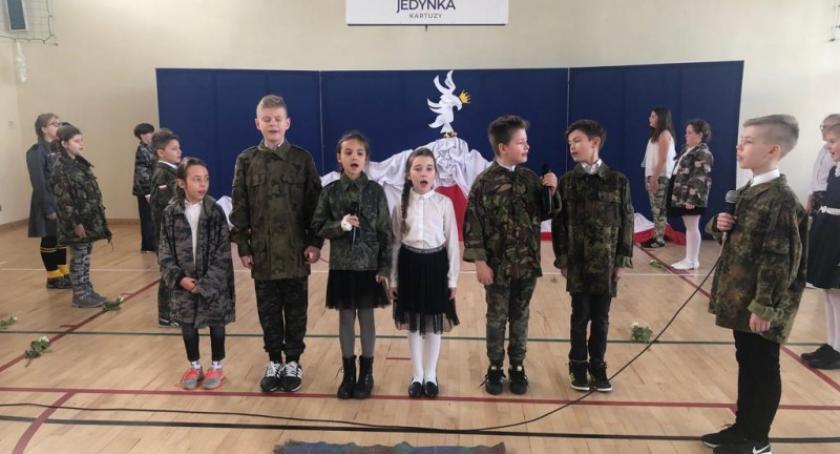 Uroczystości patriotyczne, Uczniowie kartuskiej Jedynki uczcili Dzień Żołnierzy Wyklętych - zdjęcie, fotografia