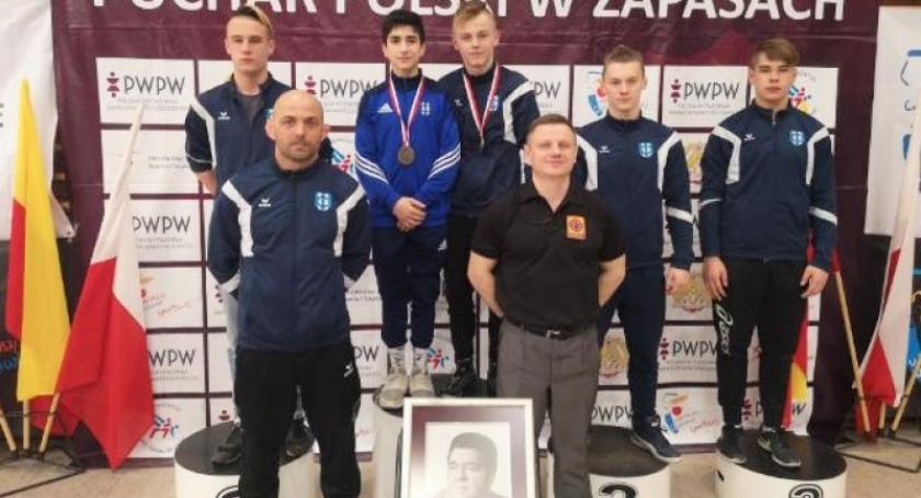 Sporty walki, Młodzi zapaśnicy Cartusii triumfowali Pucharze Polski kadetów Warszawie - zdjęcie, fotografia