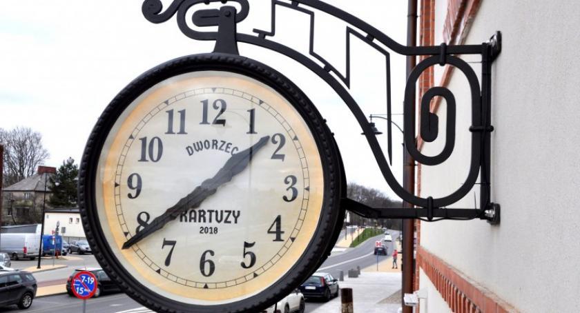 Wieści z samorządów, kartuskim dworcu znów zawisł zegar - zdjęcie, fotografia