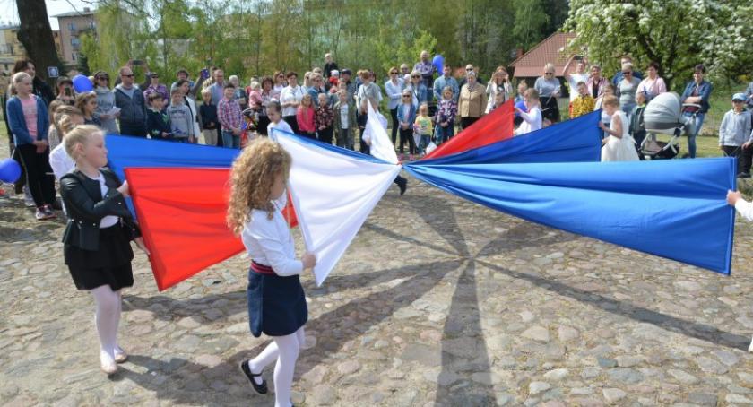 Uroczystości patriotyczne, Sierakowicach świętowano rocznicę wejścia Polski Europejskiej - zdjęcie, fotografia