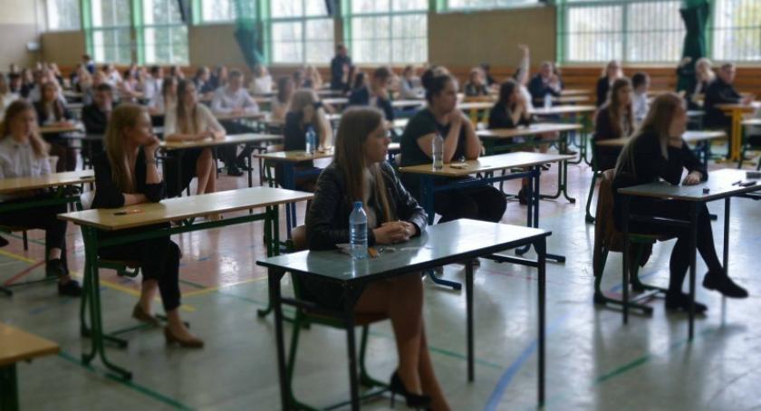 Szkoły średnie, Maturzyści rozpoczęli egzaminy dojrzałości - zdjęcie, fotografia