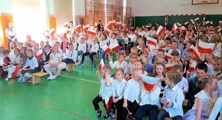 Szkoły podstawowe, Manifestacja patriotyczna szkole Borkowie - zdjęcie, fotografia