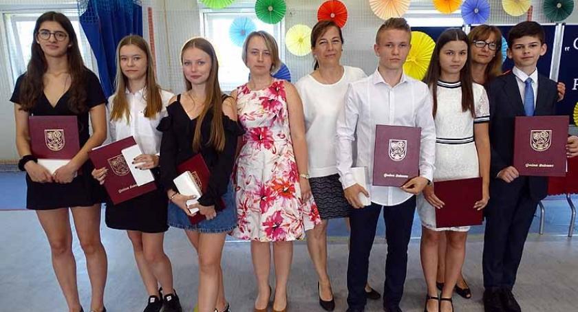 Szkoły podstawowe, Żukowo Pożegnanie ostatnimi gimnazjalistami pierwszymi ósmoklasistami - zdjęcie, fotografia