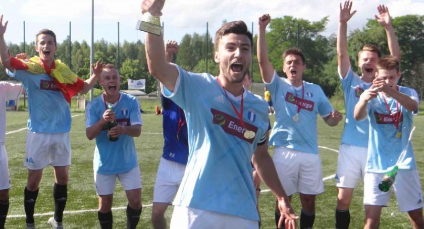 Piłka nożna, Piłkarze Cartusii zwycięstwem awansem - zdjęcie, fotografia