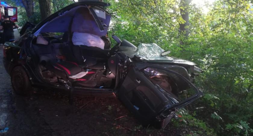 Wypadki, Połęczyno rozbił drzewie żyje latek - zdjęcie, fotografia
