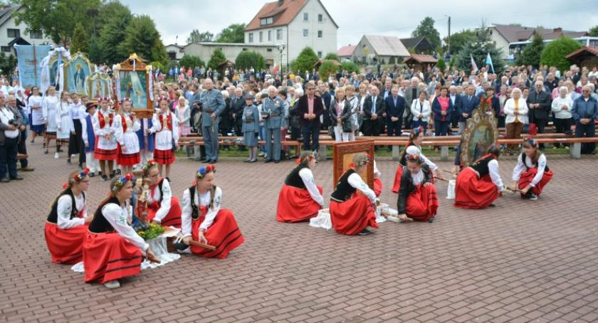 Religia, Tłumy pielgrzymów złożyły pokłon stóp Sianowskiej Królowej - zdjęcie, fotografia