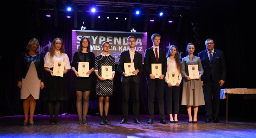 Stypendia, Kartuzy Najzdolniejsi uczniowie nagrodzeni stypendiami burmistrza - zdjęcie, fotografia