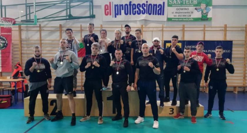 Sporty walki, Zawodnicy Rebeli szeregiem zwycięstw wojewódzkich mistrzostwach kickboxingu - zdjęcie, fotografia