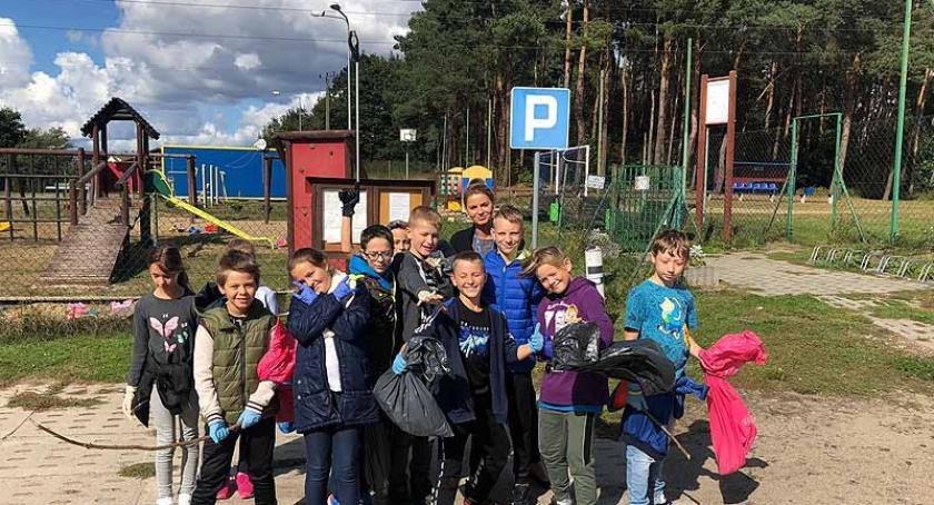 Szkoły podstawowe, Borkowo Uczniowie nauczyciele wzięli udział Sprzątanie Świata - zdjęcie, fotografia