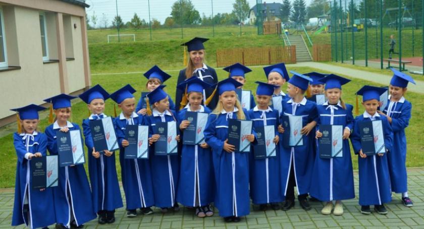 Szkoły podstawowe, Pierwszoklasiści przyjęci poczet uczniów Małej Szkoły Szopie - zdjęcie, fotografia