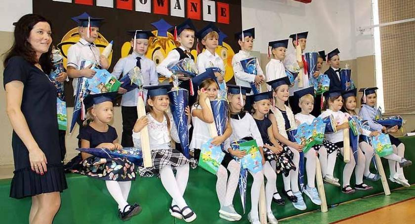 Szkoły podstawowe, Borkowo Dzieci pierwszych uroczyście pasowane uczniów - zdjęcie, fotografia