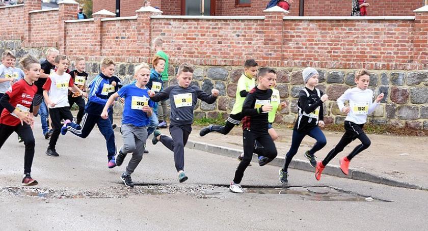 Biegi, Prawie zawodników wystartowało biegach wokół Ołtarza Papieskiego Sierakowicach - zdjęcie, fotografia