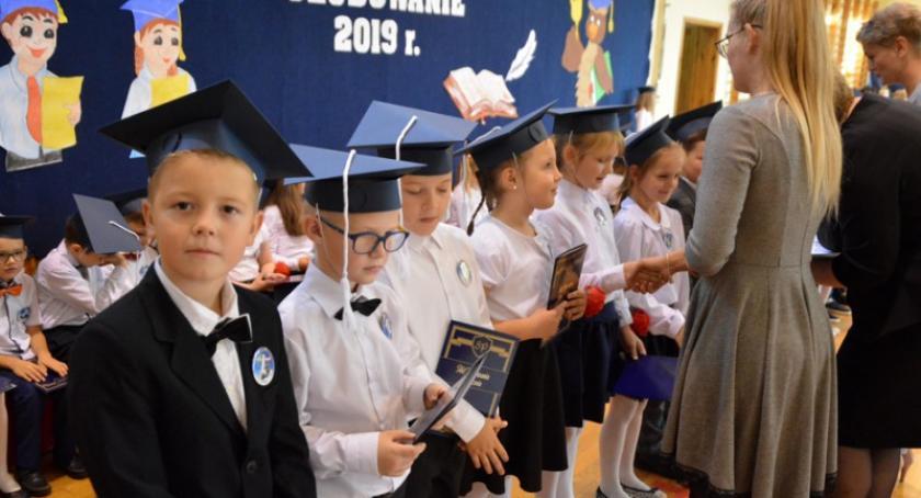 Szkoły podstawowe, Gowidlino Pierwszoklasiści ślubowali - zdjęcie, fotografia
