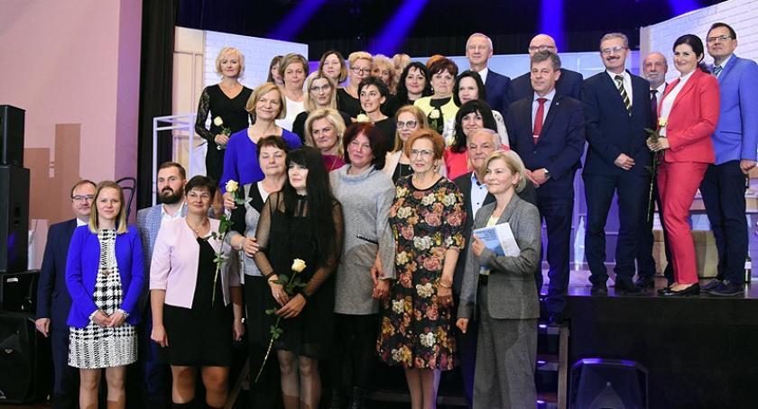 System oświaty, Powiatowe święto edukacji Kartuzach Nauczyciele odebrali nagordy gratulacje - zdjęcie, fotografia