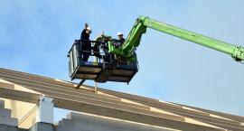 Na dachu hali sportowej w ZSP w Przodkowie zawisła