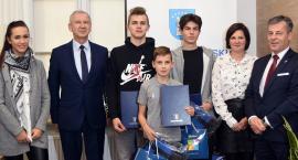 Paweł Kajeta, Tymoteusz Roszkowski i Armin Wilczewski z nagrodami starosty kartuskiego