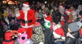 Świątecznie w Krainie Miłości. W Sierakowicach Mikołaj spotkał się z dziećmi przy choince
