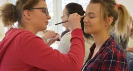 Kartuzy. Przyszłe fryzjerki poznawały sekrety pięknego makijażu