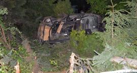 Żukowo. Renault uderzyło w słup i dachowało - jedna osoba nie żyje, dwie są ranne