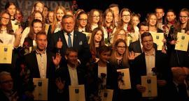 Kartuzy. Uzdolniona młodzież nagrodzona stypendiami burmistrza