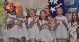 Tłumy na wspaniałym bożonarodzeniowym kiermaszu w