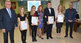 Sierakowice. Halina Buchacz po raz 11. nagrodziła najlepszych kaszubskich absolwentów