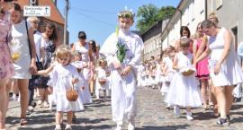 Uroczysta procesja Bożego Ciała w Kartuzach - na ulice miasta wyszły tysiące wiernych