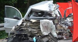 Babi Dół. Zderzenie dwóch samochodów ciężarowych z osobówką - nie żyje kobieta