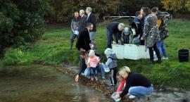 Wyborcze zarybianie - niecodzienna akcja kandydatów na radnych nad jeziorem Junno