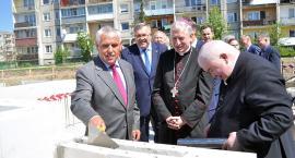 Wmurowano akt erekcyjny w fundamenty hospicjum Caritas w Kartuzach