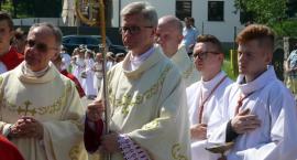 Kiełpino. Procesja Bożego Ciała z udziałem Biskupa Arkadiusza Okroja