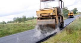Przybywa asfaltowych dróg