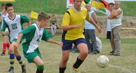 Piłkarski turniej w Przyjaźni. Dzieci i młodzież na boisku