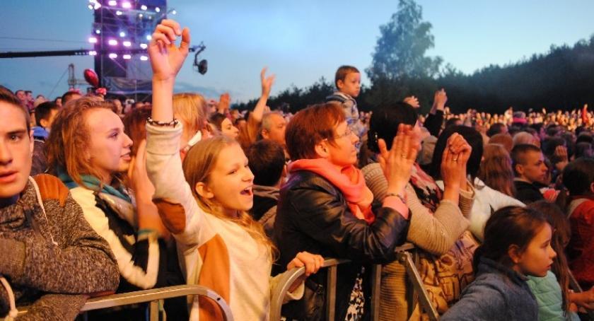 Imprezy, Stężyca osób bawiło gwiazdach muzyki disco - zdjęcie, fotografia