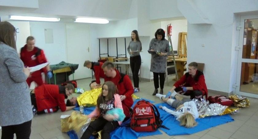 Szkoły podstawowe, Kościerzyna Uczniowie rywalizowali udzielaniu pierwszej pomocy - zdjęcie, fotografia