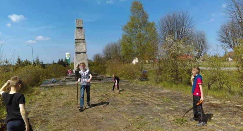 Organizacje pozarządowe, Harcerze porządkowali teren wokół pomnika upamiętniającego Łubianą - zdjęcie, fotografia