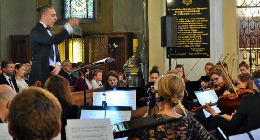 Religia, Wyjątkowy koncert Szymona Sutora okazji lecia kościoła Świętej Trójcy Kościerzynie - zdjęcie, fotografia