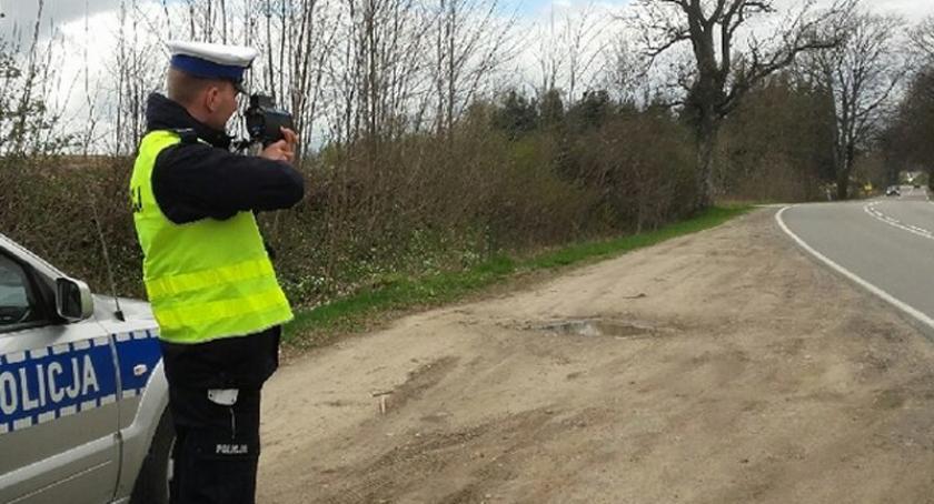 Kronika policyjna, Pędzili przez teren zabudowany stracili prawo jazdy - zdjęcie, fotografia