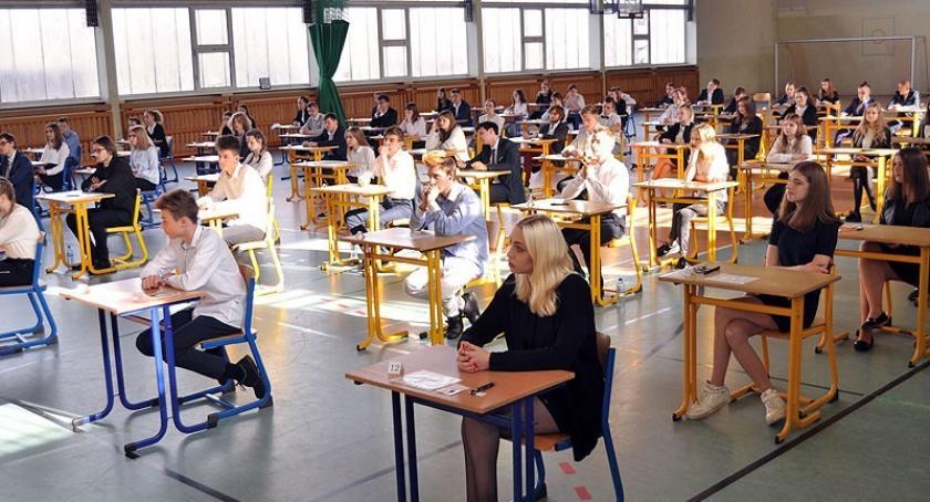 Szkoły podstawowe, Gimnazjaliści rozpoczęli trzydniowy maraton egzaminacyjny - zdjęcie, fotografia